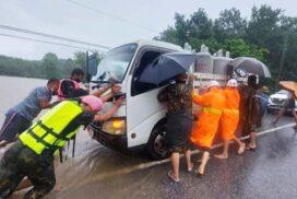 Flood causes road traffic on Mawlamyine-Thanbyuzayat Road