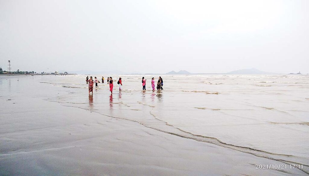 Visitors flock to Sittway Beach, Point Resort during Thadingyut Holidays