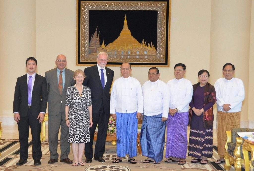 President U Thein Sein poses for documentary photo together with  Mr Gareth Evans, Chancellor of the Australian National University and former Foreign Minister.