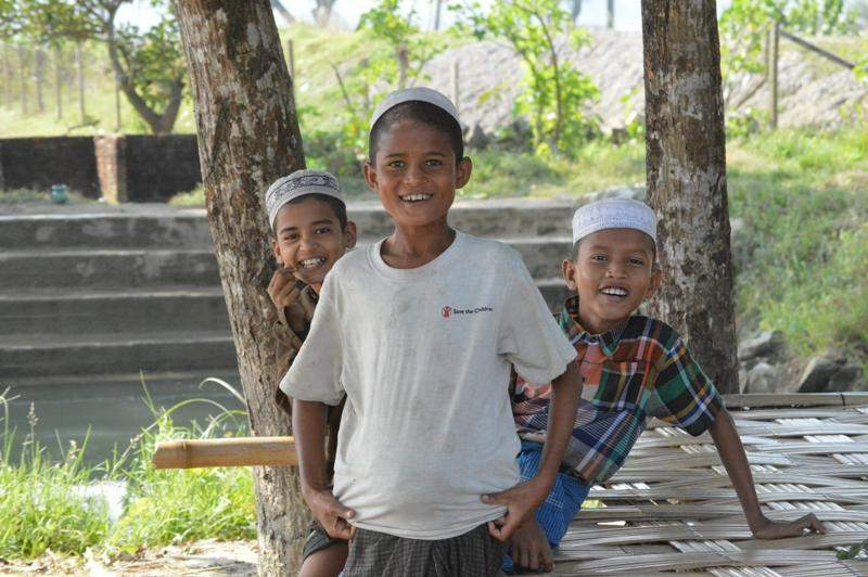 Photo taken on Monday of children having a big smile on their faces at Kyein-ni-pyin camp in Pauktaw Township on Monday. So far 126 eight-roomed buildings have been provided for more than 4,500 refugees at the camp. There are more than 17,000 people living in four camps in the township.—GNLM/Photo: Ye Myint