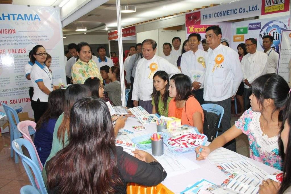 Union Minister U Aye Myint attends Job Fair in Mandalay.—mna