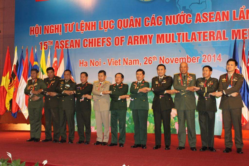Vice-Senior General Soe Win poses for documentary photo with chiefs of armies of of ASEAN countries at 15th ASEAN Chiefs of Army Multilateral Meeting.