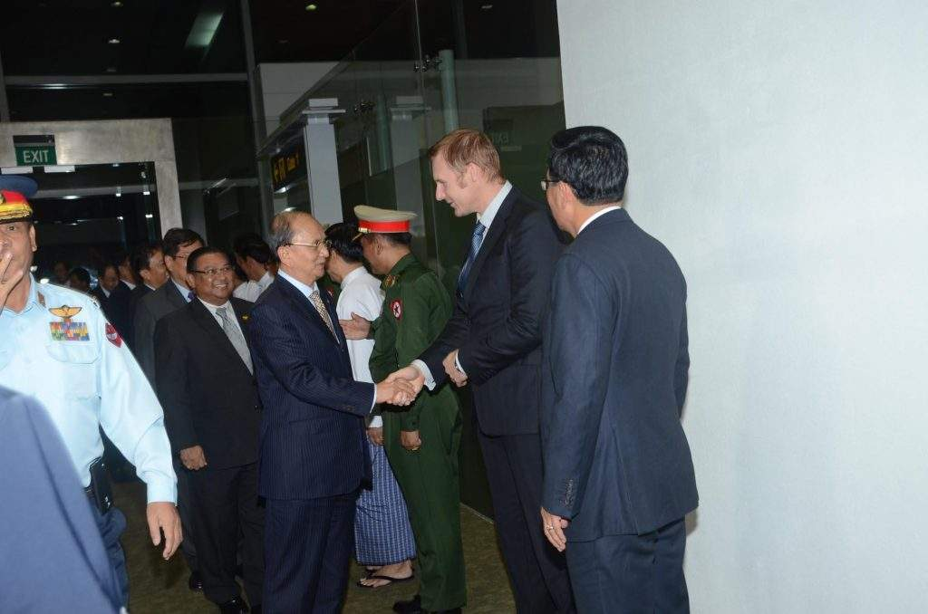 President U Thein Sein being welcomed back at Yangon International Airport by Union ministers  and diplomats.—mna