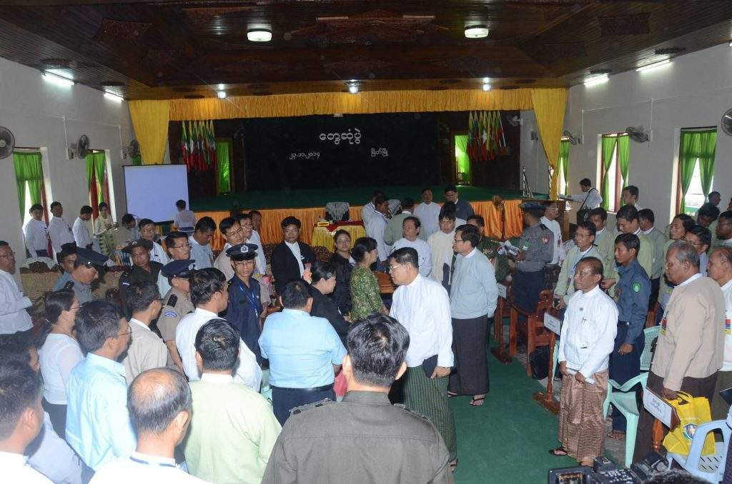 Union Ministers U Soe Thane and U Tin Naing Thein cordially converse with departmental officials and local people in Myeik.—mna