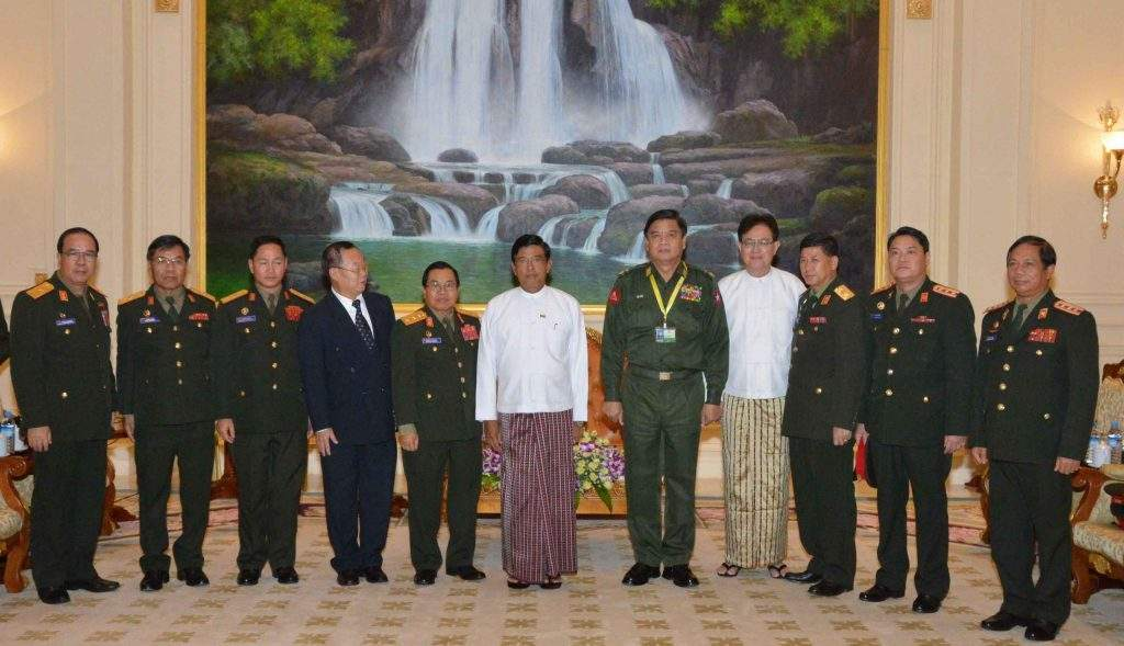 Vice President U Nyan Tun poses for documentary phor with Laotian delegation.—mna