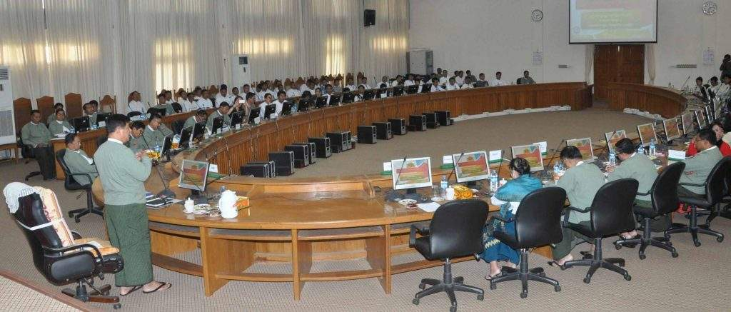 Chairman of Union Election Commission U Tin Aye replies to questions by trainees of Myanmar Egress who observed preparations for holding 2015 elections.—mna