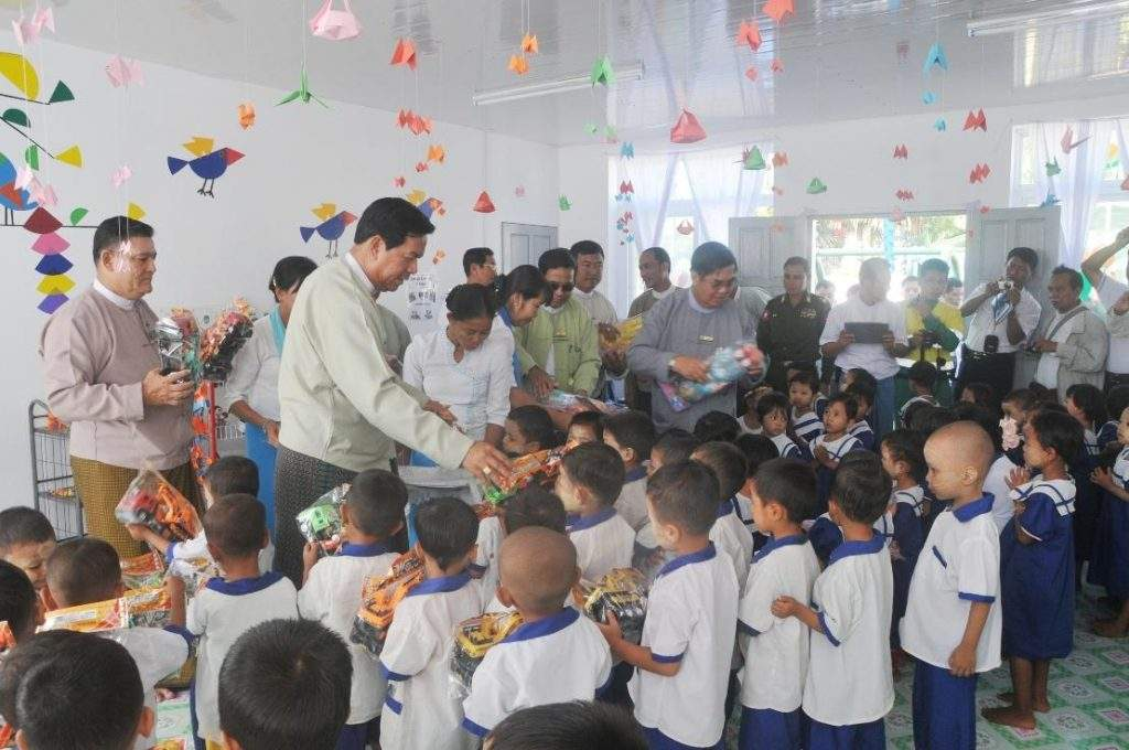 Union Minister U Hla Tun presents toys to children from pre-primary school in Letpadaungtaung area, Salingyi Township.—mna