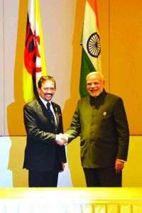 Sultan Haji Hassanal Bolkiah Mu'izzaddin Waddaulah shakes hands with Prime Minister Narendra Modi.