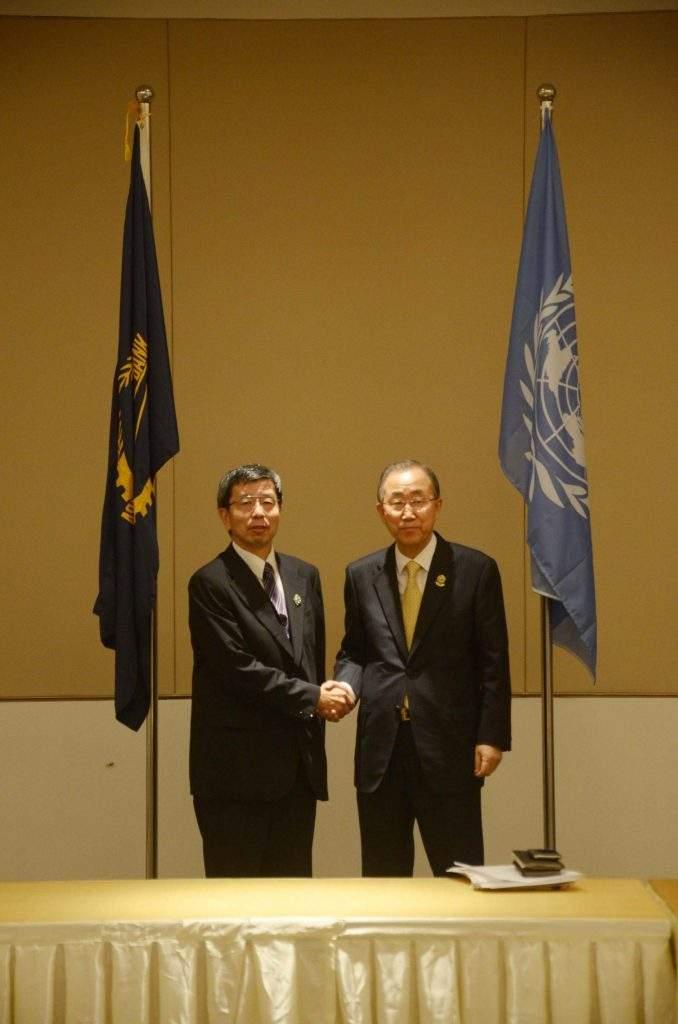 ADB President Takehiko Nakao greets UN Secretary-General Ban Ki-moon at the talks in Nay Pyi Taw.—mna