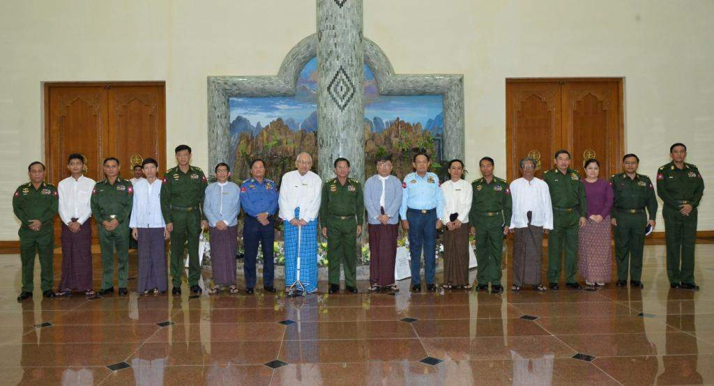 Senior General Min Aung Hlaing poses for photo with members of Myanmar Press Council (Interim).—Myawady