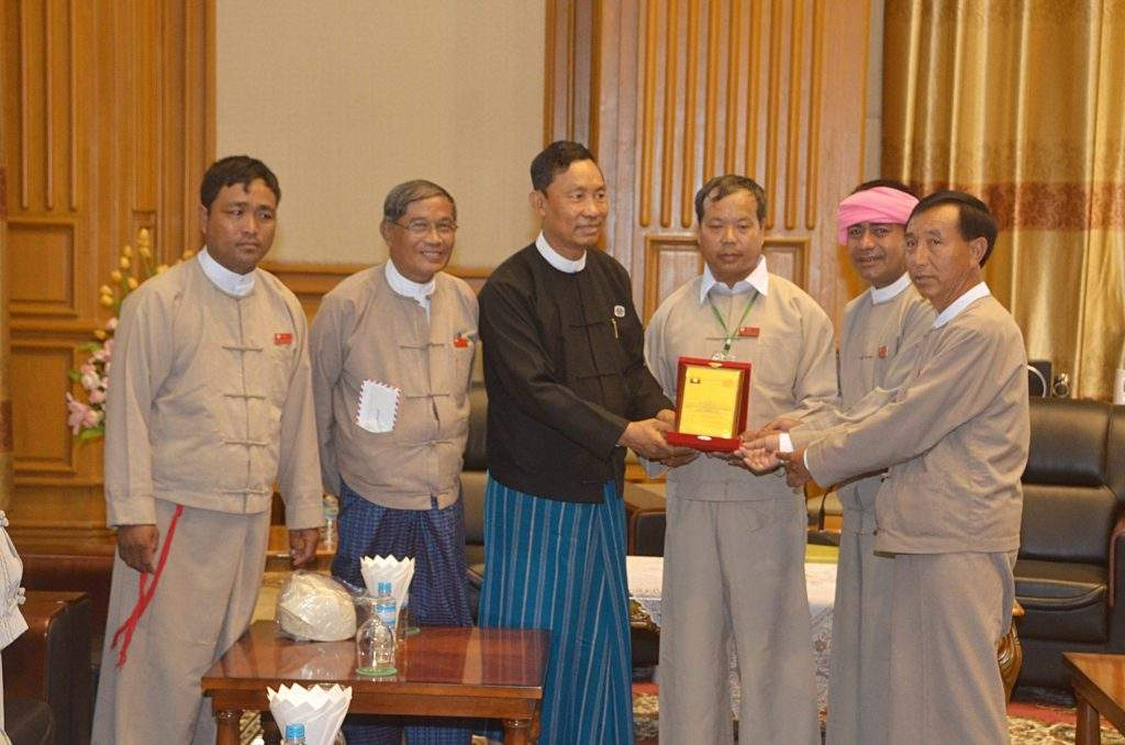 Speaker Thura U Shwe Mann presents  souvenir to Danu nationals who  observed convening 30th day session of Pyithu Hluttaw. mna