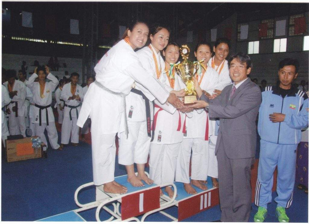 Minister Counsellor Mr Toshio Yamamoto of the Japanese Embassy presents prize to champion Ministry of Sports team.—GNLM