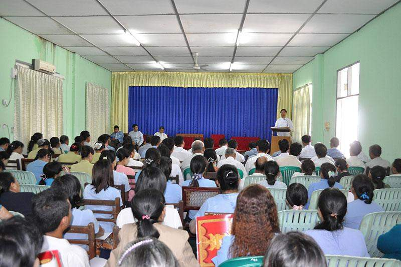 Union Minister U Ohn Myint speaking at opening of rural development programme course.—mna