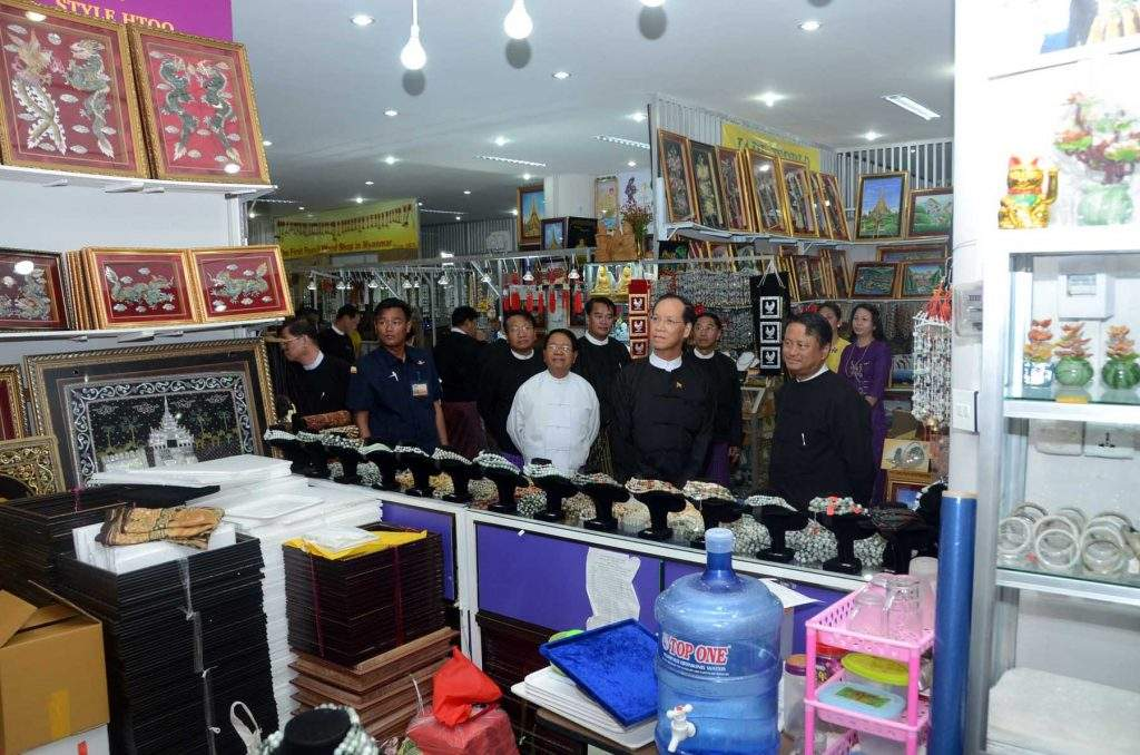 Vice President Dr Sai Mauk Kham views Myanmar handicrafts and sculptures at Cooperative Business Centre.—mna
