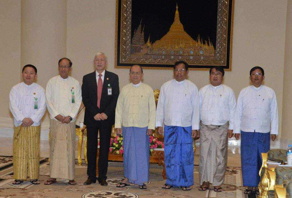 President U Thein Sein poses for documentary photo with Vice Chairman of China-Myanmar Friendship Association Mr Geng Zhi Yuan  and party.