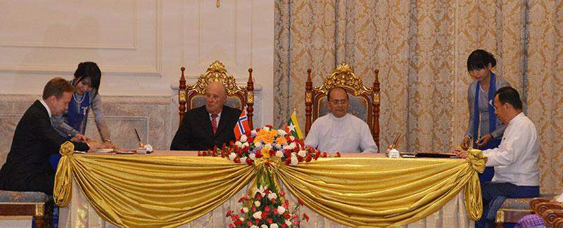 Norwegian Minister and Union Minister  Dr Kan Zaw sign MoU in the presence  of President U Thein Sein and  Norwegian King Harald V.—mna