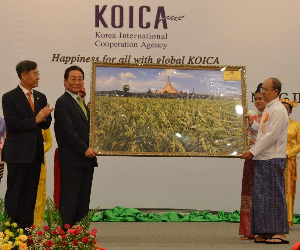 President U Thein Sein presents a picture of ripening paddy plantation to former ROK Prime Minister Mr Goh Kun at the Korea Flagship Projects Launching Forum.—mna