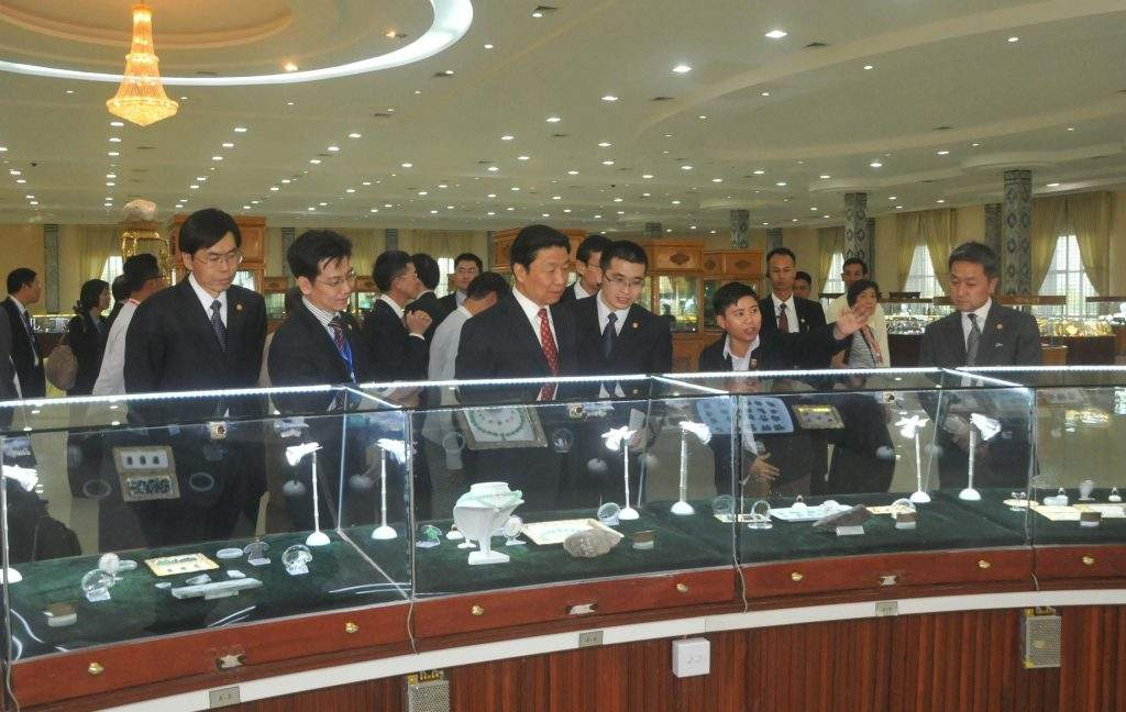 Chinese Vice President Mr Li Yuanchao visits Gems Museum in Nay Pyi Taw.