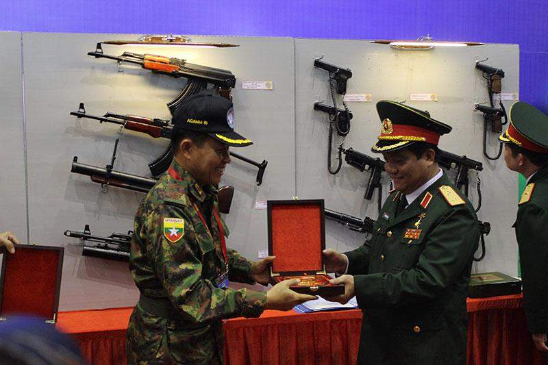 Vice-Senior General Soe Win accepts souvenirs of military products  exhibition.