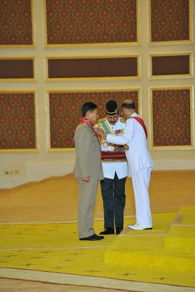 The King of Malaysia confers First Degree,  Gallant Commander of Malaysian Armed Forces on Vice-Senior General Soe Win in Malaysia.