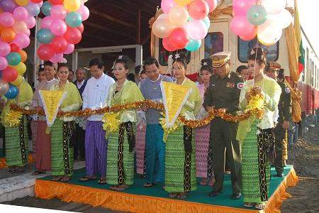 Union Minister U Than Htay, Rakhine State Chief Minister U Maung Maung Ohn and Commander of Western Command Maj-Gen Aung Lin Dwe open resumption of train along Pyidawtha-Sittway-Yechanbyin railroad section in Sittway.—mna