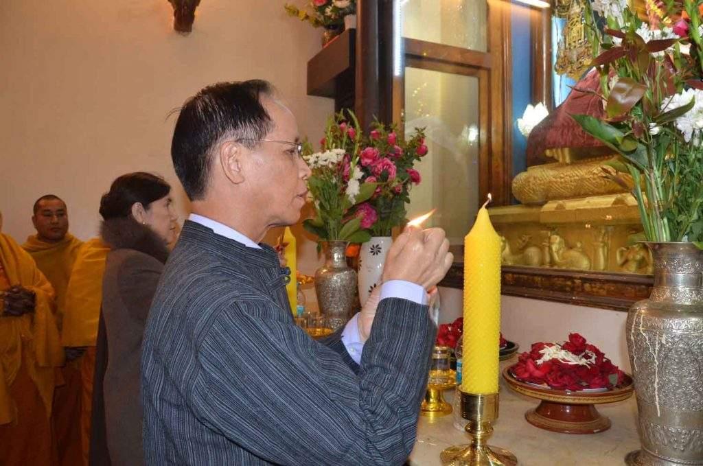 Vice President Dr Sai Mauk Kham and wife Daw Nan Shwe Hmon offer lights to Buddha image at Maha Bodhi Pagoda in India.—mna