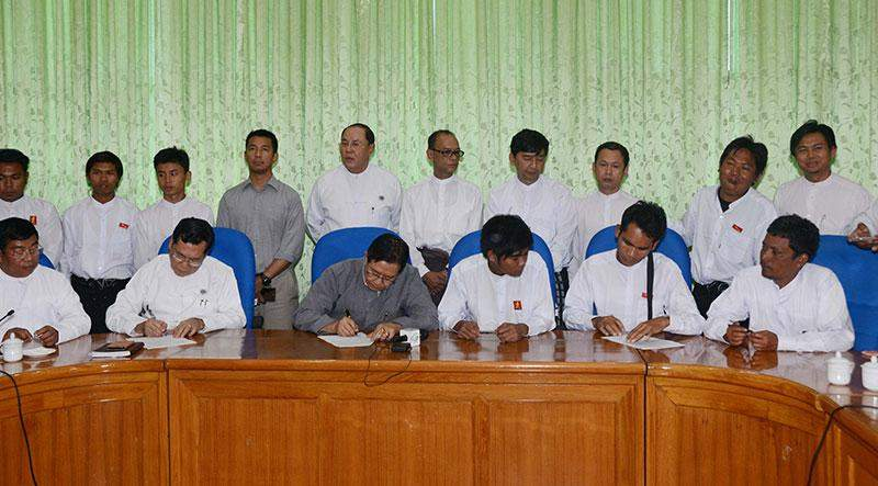 Union Minister U Aung Min and students sign agreement.—mna