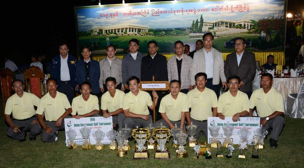 Vice President U Nyan Tun poses for documentary photo with champion Ministry of Defence team in Third Union Government's Cup Golf Tournament.—mna