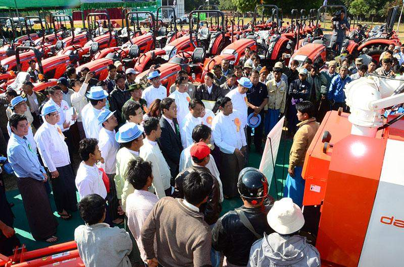 Vice President U Nyan Tun views agricultural machinery to be sold to local farmers.