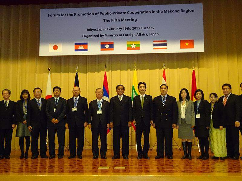 Delegates from Japan and five Southeast Asian countries along the Mekong River pose for a group photo at a meeting in Tokyo of the Japan-Mekong economic cooperation forum on  Feb. 19. (Kyodo)