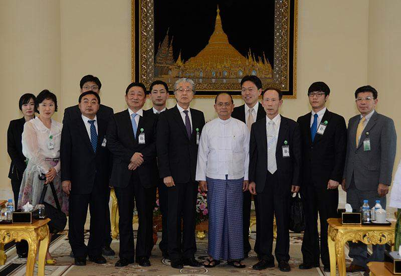 President U Thein Sein poses for documentary photo together with Mr. Won Bae Dahn, Honorary Consul General from Pusan, the Republic of Korea.—mna