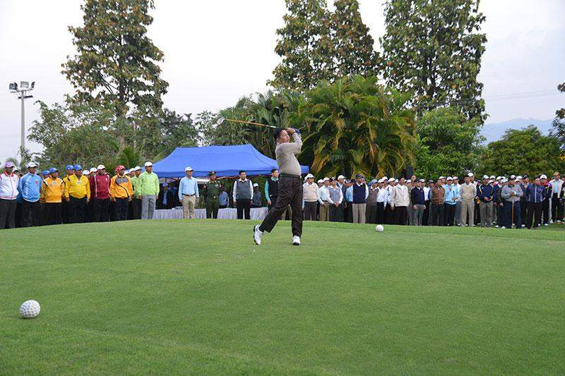 Commander-in-Chief of Defence Services Senior General Min Aung Hlaing tees off small ball at opening of Tatmadaw (Army, Navy and Air) Golf Tournament 2014-15.—Myawady