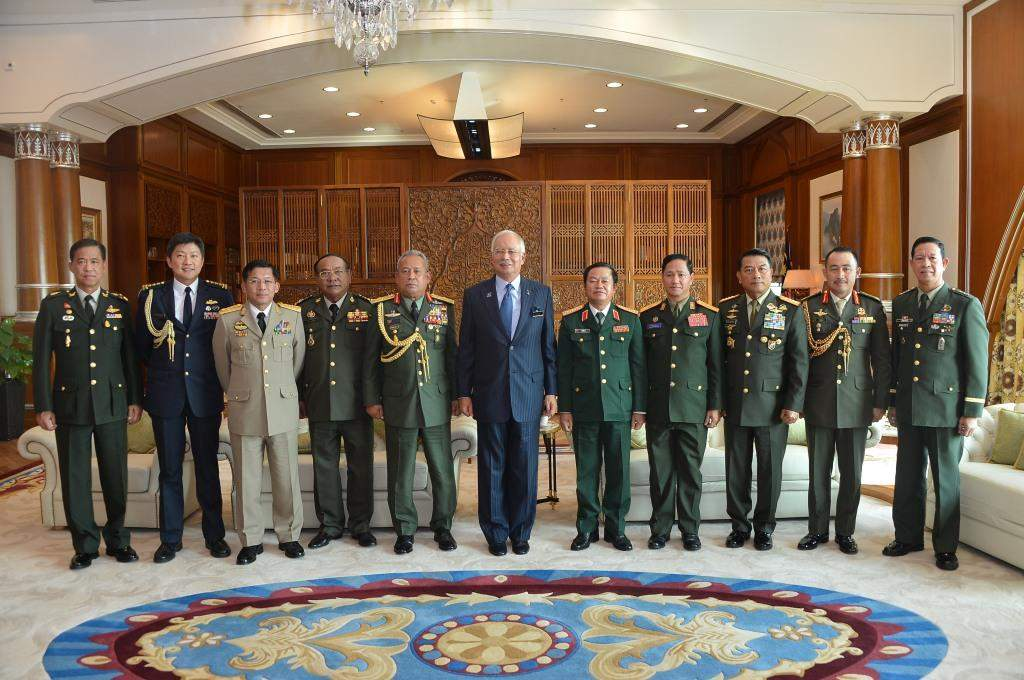 Senior General Min Aung Hlaing poses for documentary photo with military chiefs of  ASEAN countries.