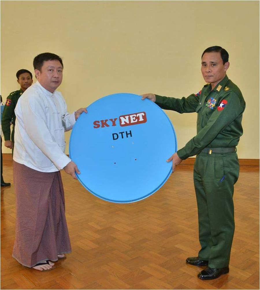 Major General Hsan Oo accepts SkyNet receiver from Shwe Thanlwin Media.—mna
