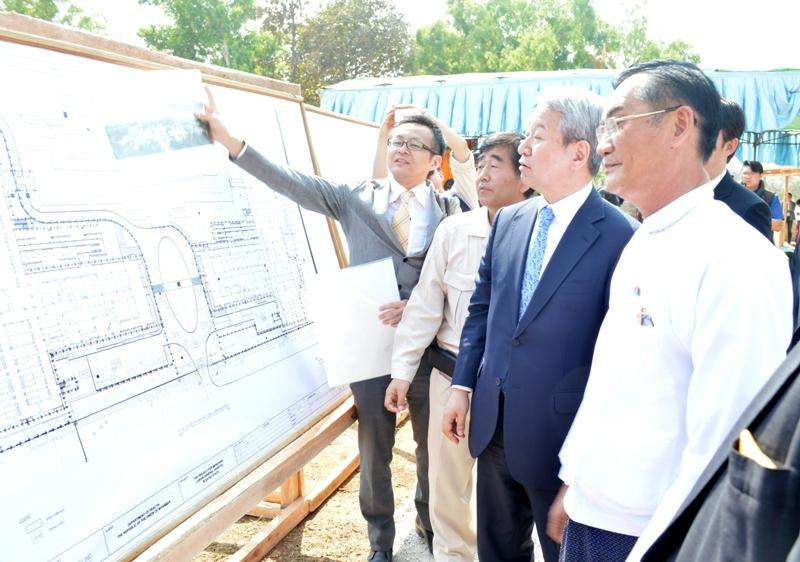 Kayah State Chief Minister U Khin Maung Oo and JICA President  Dr Akihiko Tanaka observe a scale drawing of one of two reinforced concrete buildings for Loikaw general hospital. Photo: Ye Myint