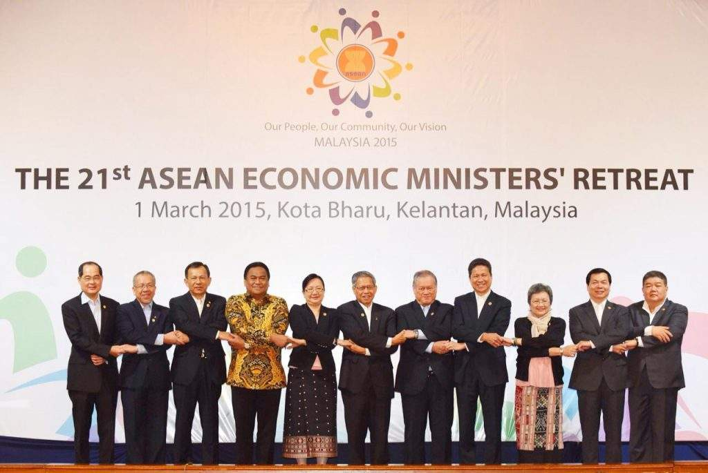 Union Minister Dr Kan Zaw poses for documentary photo with delegates of ASEAN Economic Minister's Retreat.—MNA