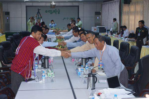 UPWC and KNPP delegates shaking hands at peace talks in Loikaw.—MNA
