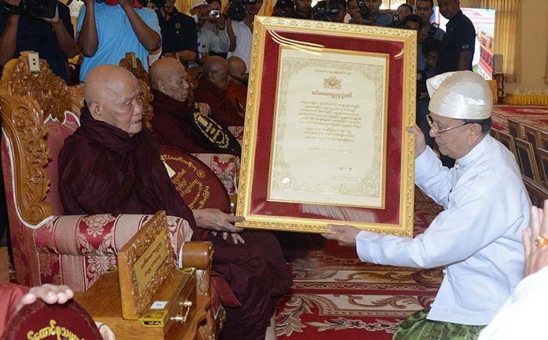President U Thein Sein presents certificate of Abhidhaja Maha Rattha Guru title to abbot of Dhammawdaya Pariyatti monastery in Kengtung Bhaddanta Ajeya. mna