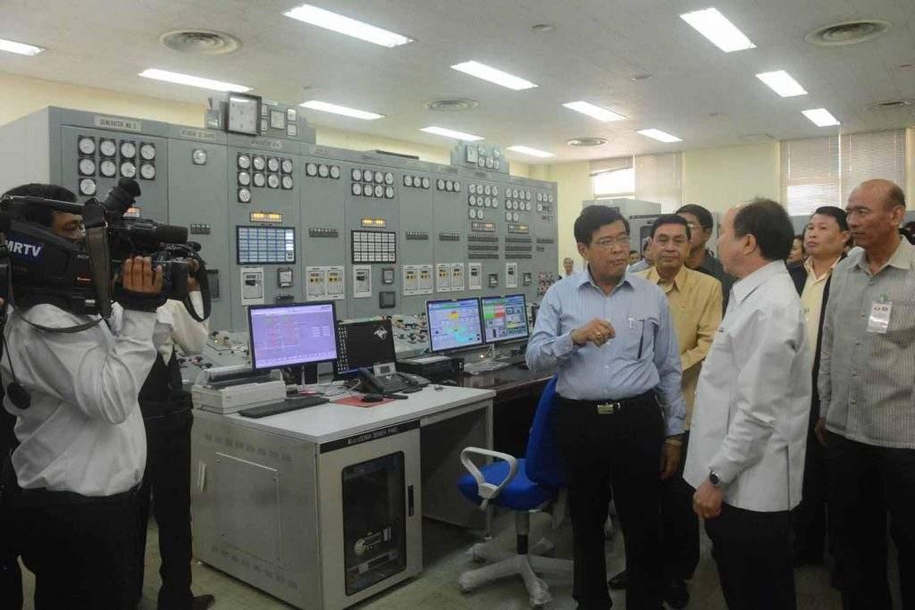 Vice President U Nyan Tun  views round Nam Ngum Hydropower Plant  No.1, 90 kilometres north of  Vientiane in Laos.—MNA
