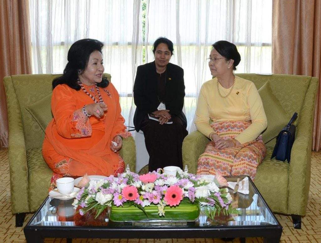 Daw Khin Khin Win, wife of  President U Thein Sein, meets with wife of the Malaysian Prime Minister.