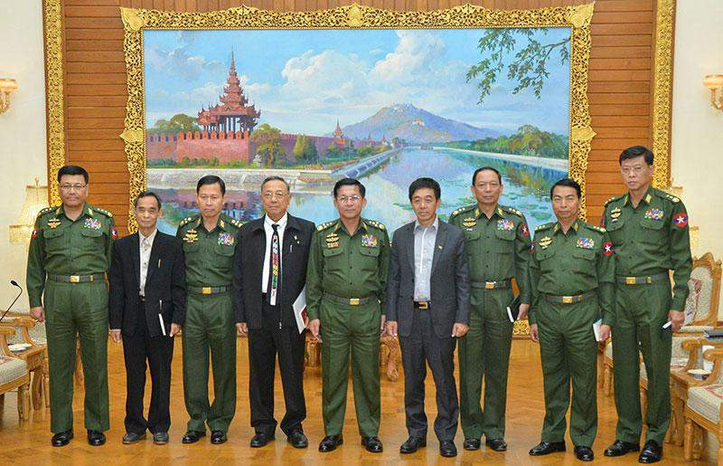 Senior General Min Aung Hlaing poses for documentary photo with KIO delegation.—Myawady
