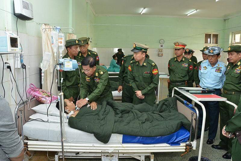 Senior General Min Aung Hlaing comforts injured military serviceman at military hospital in PyinOoLwin.—Myawady