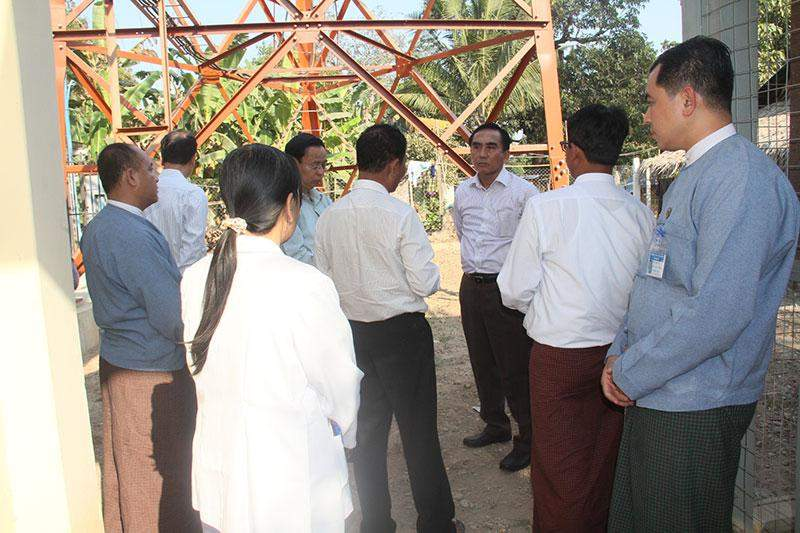 Union Minister U Myat Hein meets engineers and staff at Hanmyintmo mobile communication station.—MNA