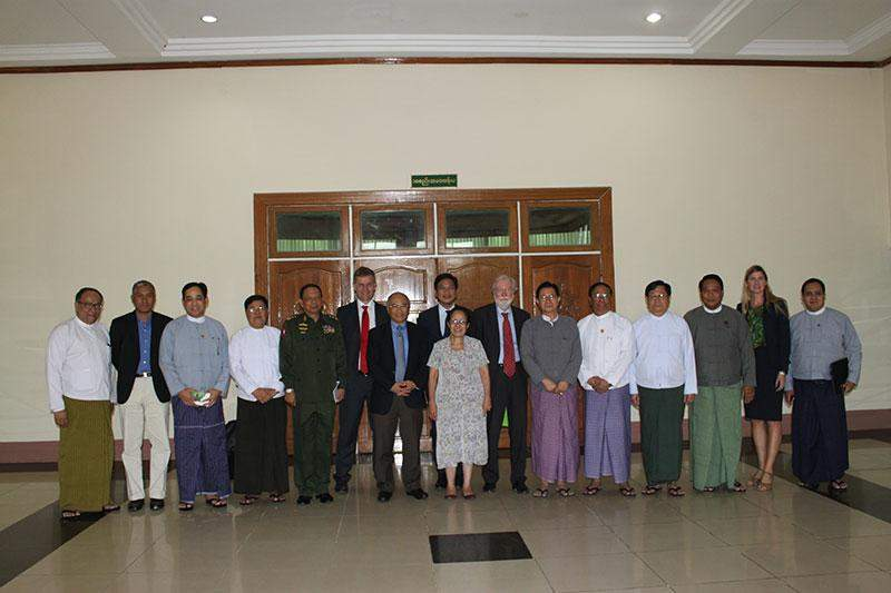 Union ministers and foreign experts pose for documentary photo.