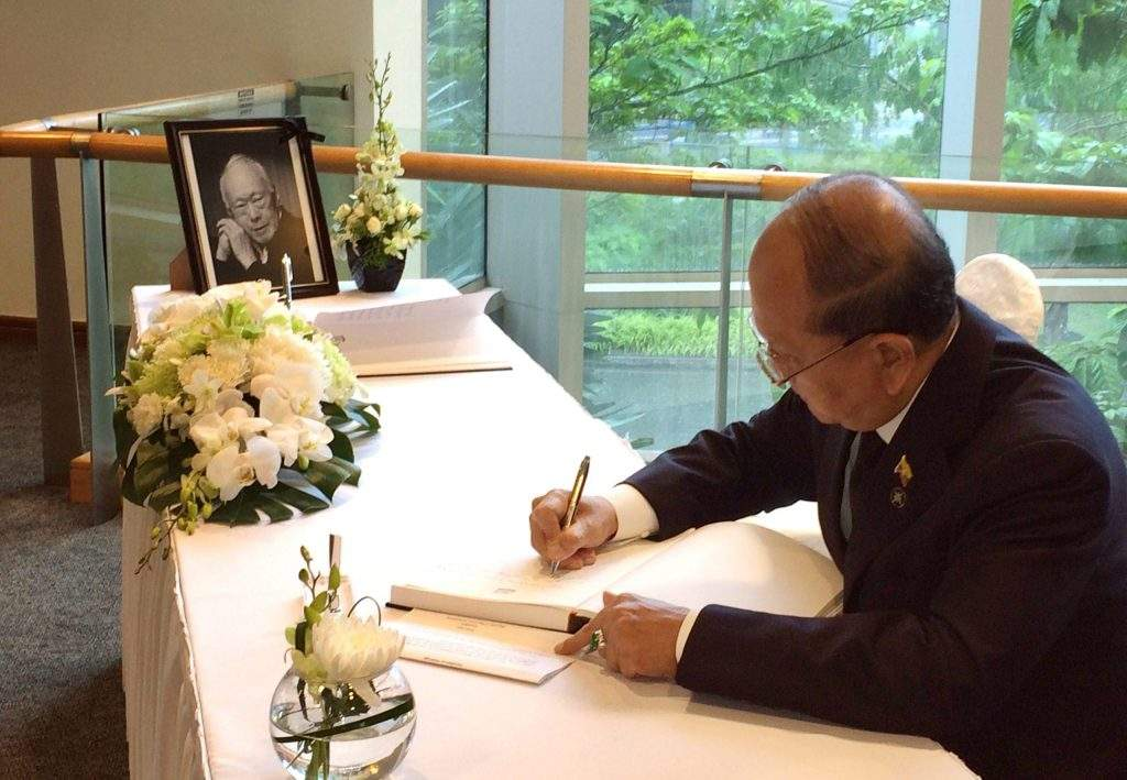 President U Thein Sein signs book of condolences for demise of former Prime Minister of Singapore Mr. Lee Kuan Yew.—CNA