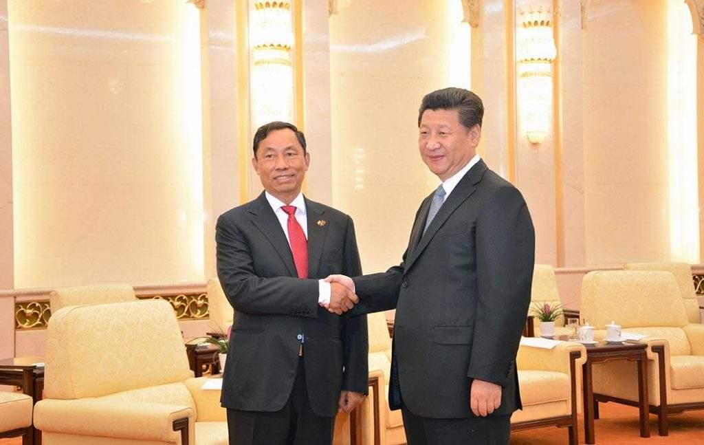 Pyidaungsu Hluttaw and Pyithu Hluttaw Speaker Thura U Shwe Mann shakes hands with  Chinese President Xi  Jinping.