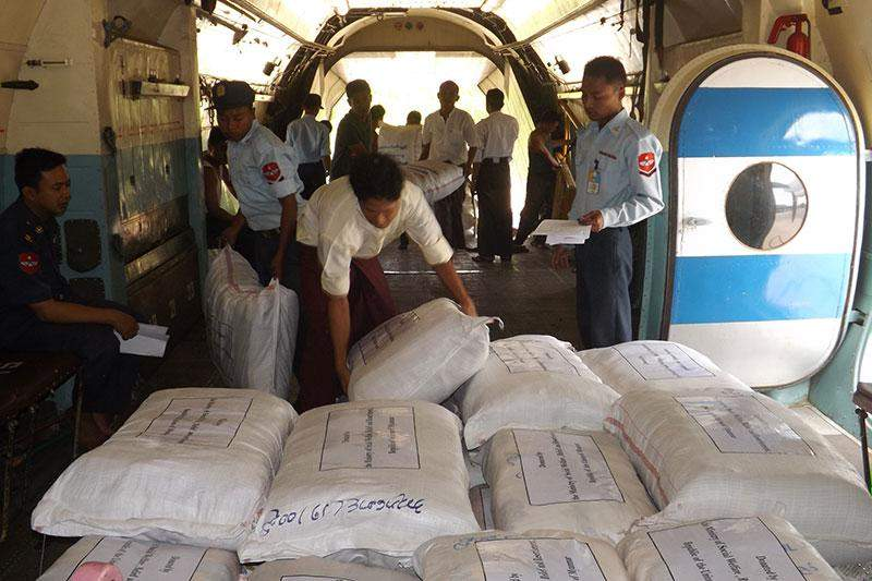Tatmadawmen loading personal goods and fodstuff on board the special aircraft to provide them to Nepalese earthquake victims.