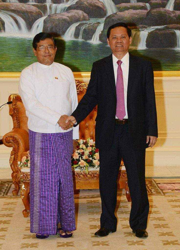 Vice President U Nyan Tun shakes hands with Mr Huynh Phong Tranh, Government Chief Inspector of Vietnam.