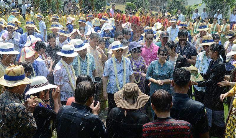 President U Thein Sein and wife Daw Khin Khin Win enjoy Maha Thingyan water festival on Akyat Day.—MNA