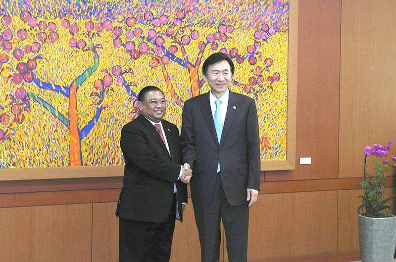 Union Minister  U Wunna Maung Lwin greets ROK Minister of Foreign Affairs Mr Yun Byung-se.